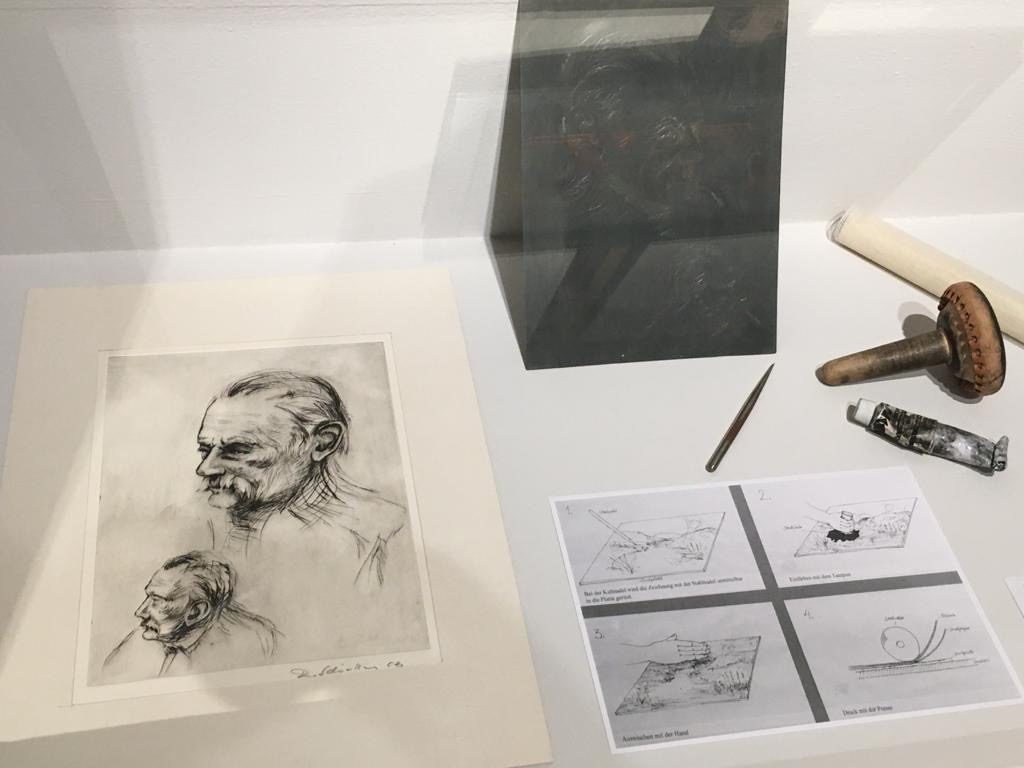 Ein von dem Lohrer Künstler Roland Schaller gefertigter Stahlstich. Papier und Metall bilden eine Symbiose.