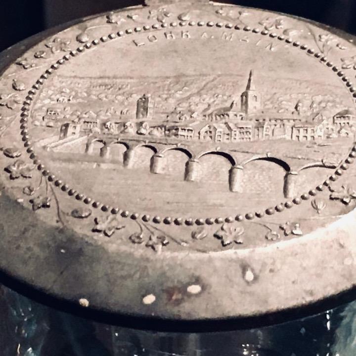 Krugdeckel aus Zinn mit der Lohrer Stadtansicht.