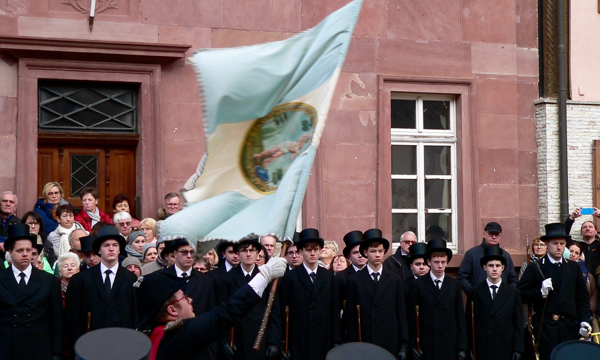 Fähnrich Rüdiger Schreck schwingt die Standarte des Sebastiani-Vereins zu den Klängen der Musikkapelle Lengfurt unter der Leitung von Anton Baumeister. | Foto: B. Schneider