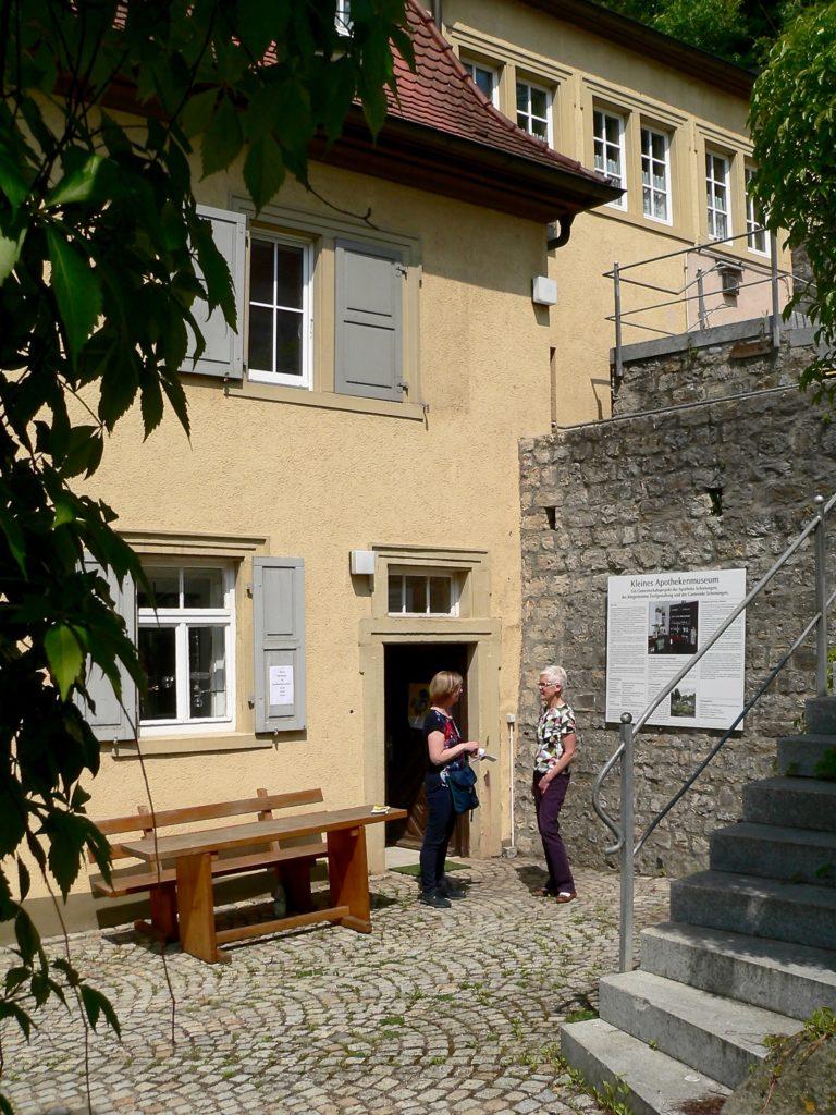 Barrierefrei ist der Zugang zum Kleinen Apothekenmuseum im ehemaligen Mainberger Rathaus. Eine Bushaltestelle befindet sich keine 50 Meter weg. | Foto: B. Schneider