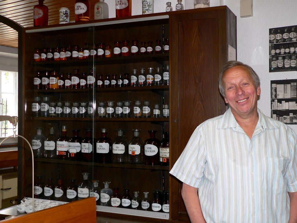 Apotheker Friedrich Karl Schumm führt kundig und charmant durch das von seiner Familie bestückte Museum. Die Ausstattung aus dem Privatvermögen wurde der Gemeinde Schonungen überlassen, die nun Eigentümerin ist. Betrieben wird das Museum von einer Initiative mit dem Namen Bürgerstimme. | Foto: B. Schneider