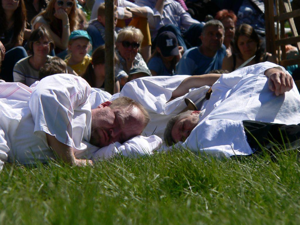 Die Jünger Jesu schlafen, während ihr Blut schwitzt und vergebens hofft, der Kelch des Leidens möge an ihm vorübergehen.