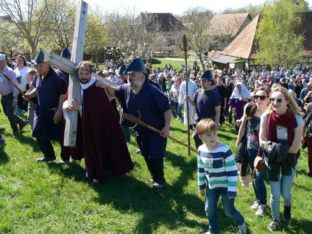 Die Zuschauer gehen mit Jesus auf den Kalvarienberg - in diesem Fall auf den Museumshügel.