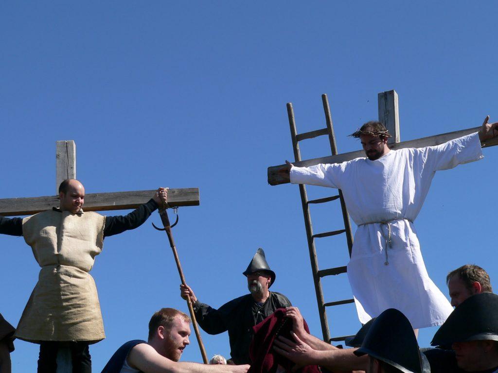 Soldaten losen um Jesu Kleider.