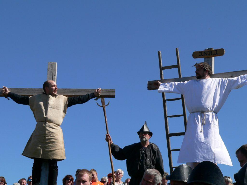 """Der rechte, der """"gute"""", Schächer bitte Jesus um seinen Beistand. Und dieser verspricht ihm, er werde noch heute mit ihm im Paradiese sein."""