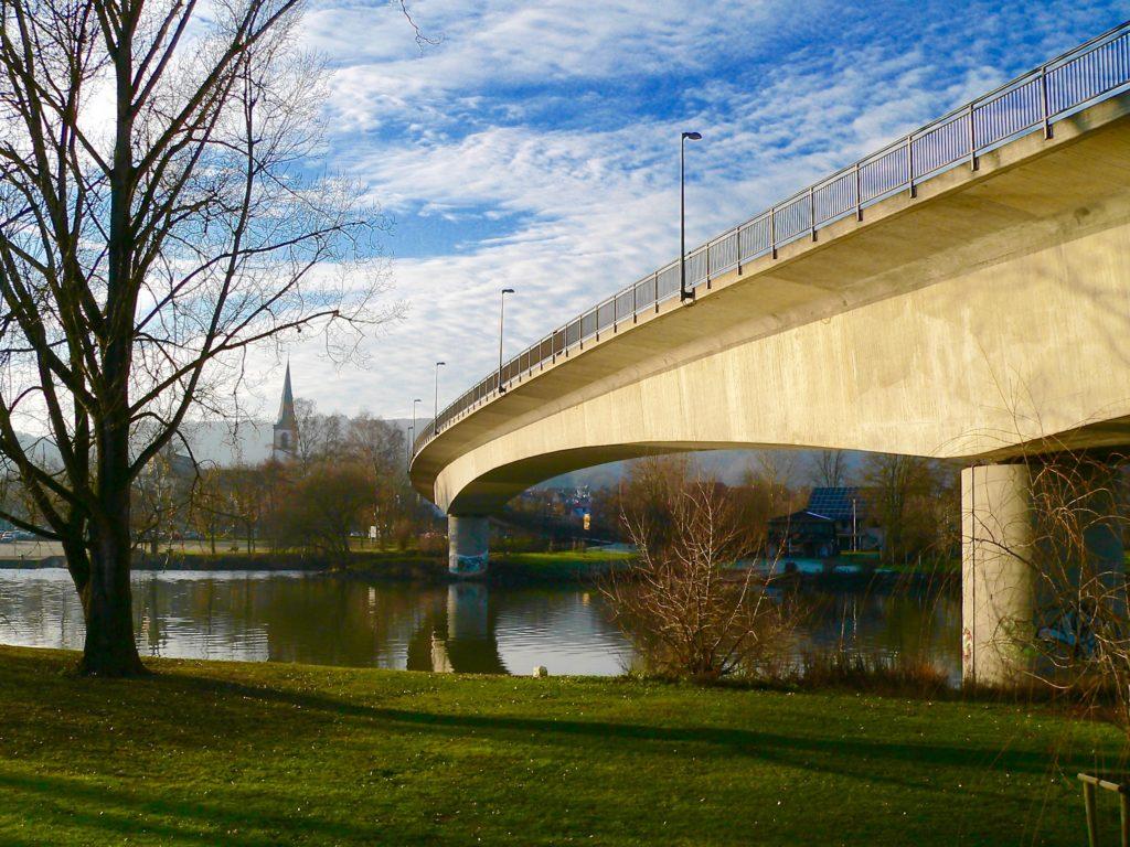 Eine neue Stahlbetonbrücke in Lohr nimmt seit 1970 einen großen Teil des Verkehrs auf, der zuvor fast 100 Jahre lang ausschließlich über eine Sandsteinbrücke lief. | Foto: B. Schneider