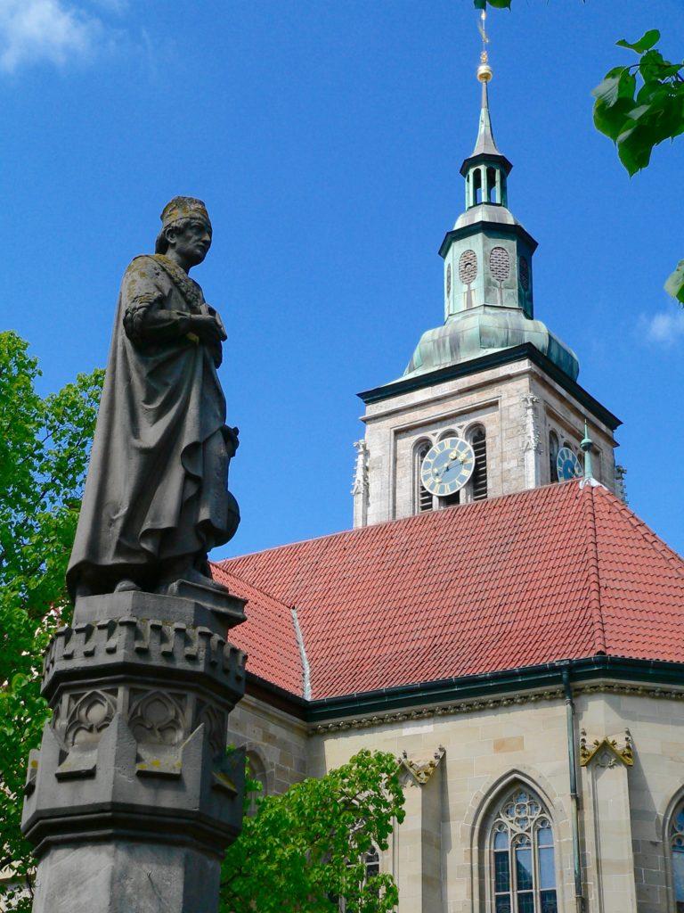 Ein Standbild des großen Mathematikers Johannes Müller, genannt Regiomontanus, ziert den zentralen Brunnen von Königsberg. Dort am Marktplatz befindet sich die spätgotische, evangelische Marienkirche aus des 15. Jahrhundert. | Foto: B. Schneider