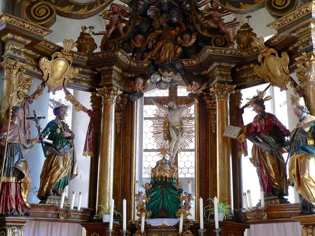 Im Stil des Rokoko ist die Leuzendorfer Kirche übervoll mit Bildern und Skulpturen. | Foto: B. Schneider