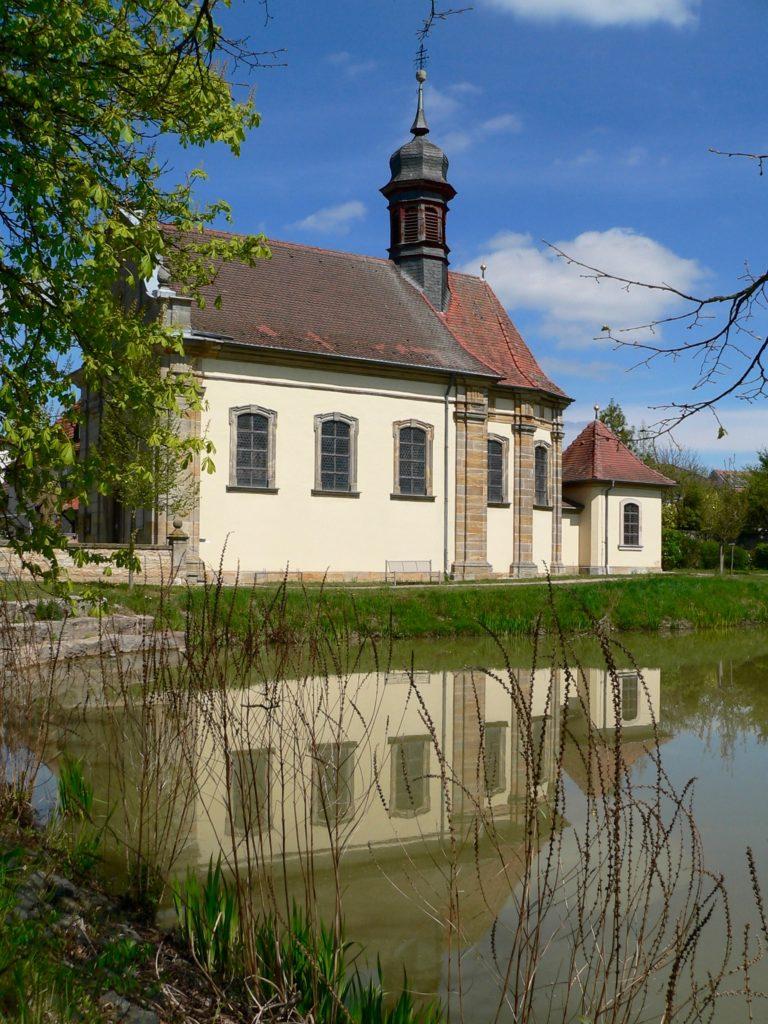 Von außen ist kaum zu erahnen, wie reich die 1732 bis 1735 erbaute Pfarrkirche St. Michael in Leuzendorf (Gemeinde Burgpreppach) ausgestattet ist. | Foto: B. Schneider