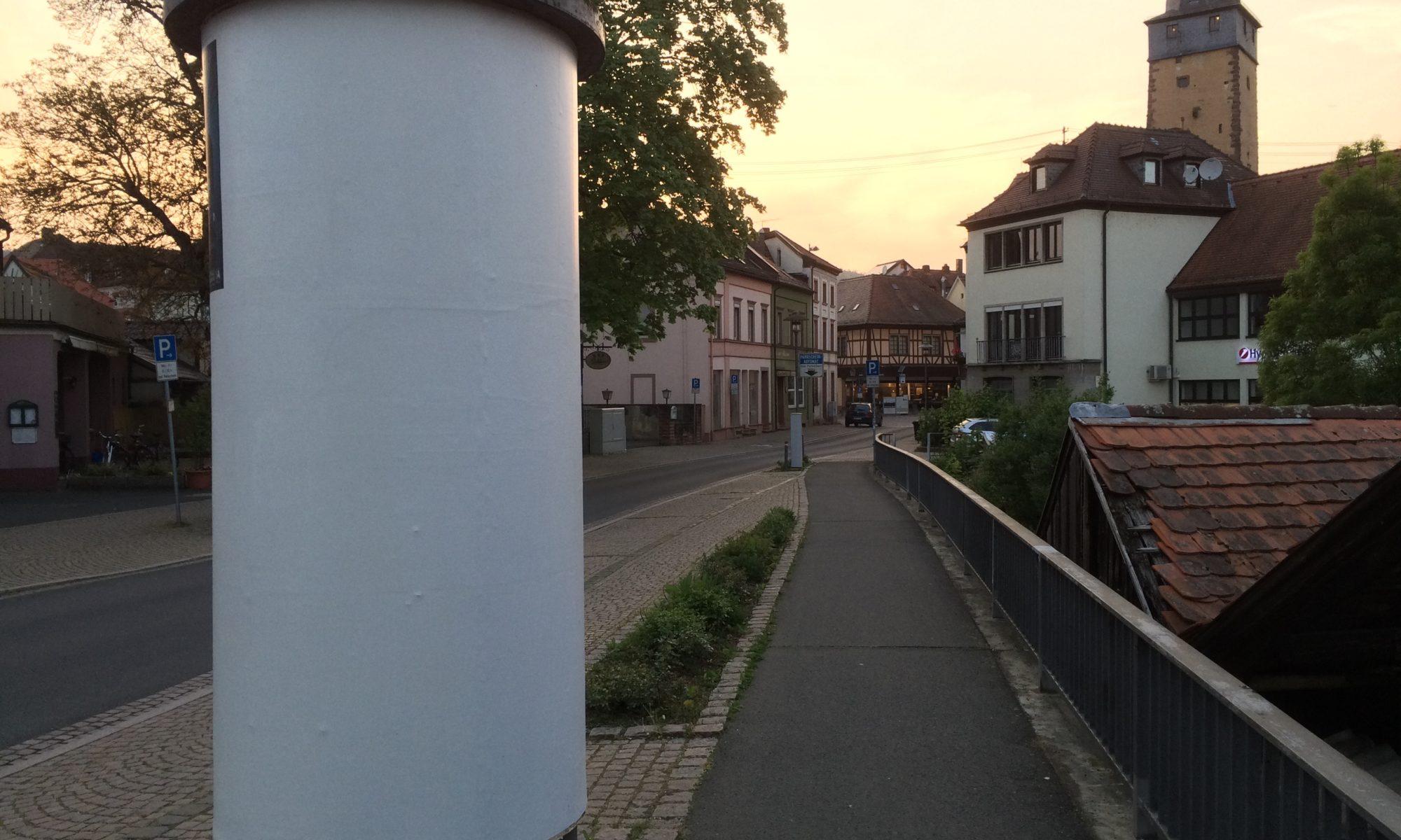 Litfaßsäule in der Oberen Brückenstraße in Lohr am. Main. | Foto: B. Schneider
