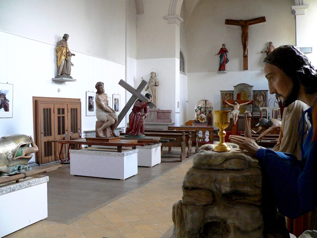 12 von 13 Stationen der Lohrer Karfreitagsprozession sind in der Kapuzinerkirche aufgebaut und hier künftig während des ganzen Jahres zu sehen. | Foto: B. Schneider