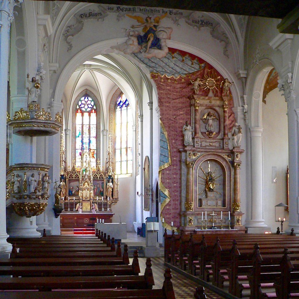 Die spätgotische, katholische Stadtpfarrkirche (Johannes der Täufer) von Seßlach wurde im 18. Jahrhundert barockisiert. Interessant gelöst ist die asymetrische Anordnung des Altarraums. Mit 20 auf 22 Metern ist die Grundfläche des Kirchenschiffs fast quadratisch. | Foto: B. Schneider
