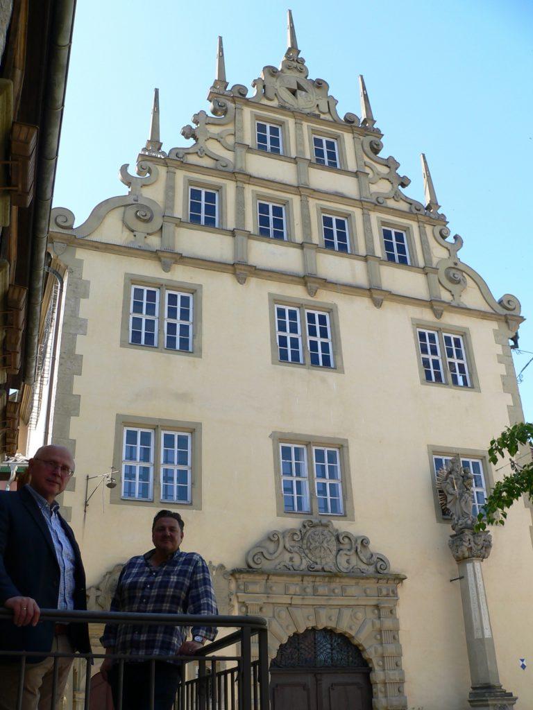 Der alte und der neue Bürgermeister von Sulzfeld vor dem schmucken Rathaus von 1609. | Foto: B. Schneider