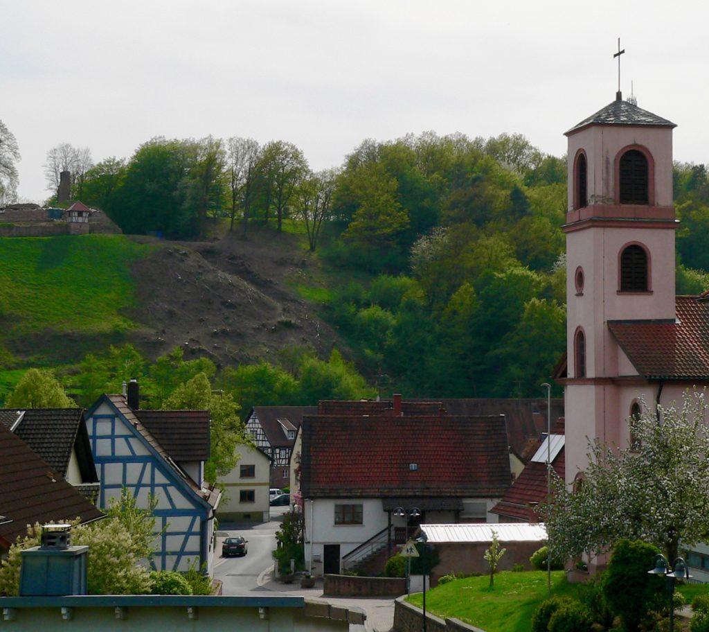 Blick von der katholischen Pfarrkirche St. Johannes der Täufer hinüber zum Schlossberg. | Foto: B. Schneider