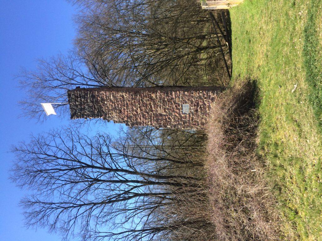 Der höchste Gebäudeteil ist keineswegs ein früherer Bergfried (Turm), sondern ein Giebelrest des Haupthauses. Der mittelalterliche Mörtel hält die Steine noch fest zusammen. | Foto: B. Schneider