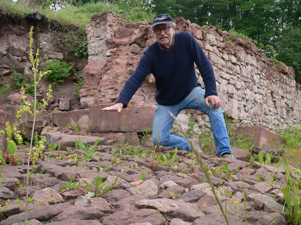 Museumstechniker Reinhold Scherg legte als Erster Reste der einstigen Burg Bartenstein frei. Die zuletzt ausgegrabenen Teile wie das Pflaster des Haupteingangs sollen womöglich behördlicherseits wieder zugeschüttet werden. | Foto: B. Schneider