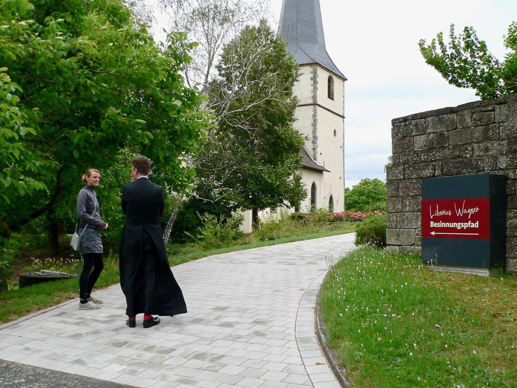 Um die Kirche Mariä Himmelfahrt in Altenmünster führt der neue Liborius-Wagner-Besinnungspfad. Pfarrer Dr. Eugen Daigeler gibt den Besuchern Impulse anhand des Beispiels des Seligen.