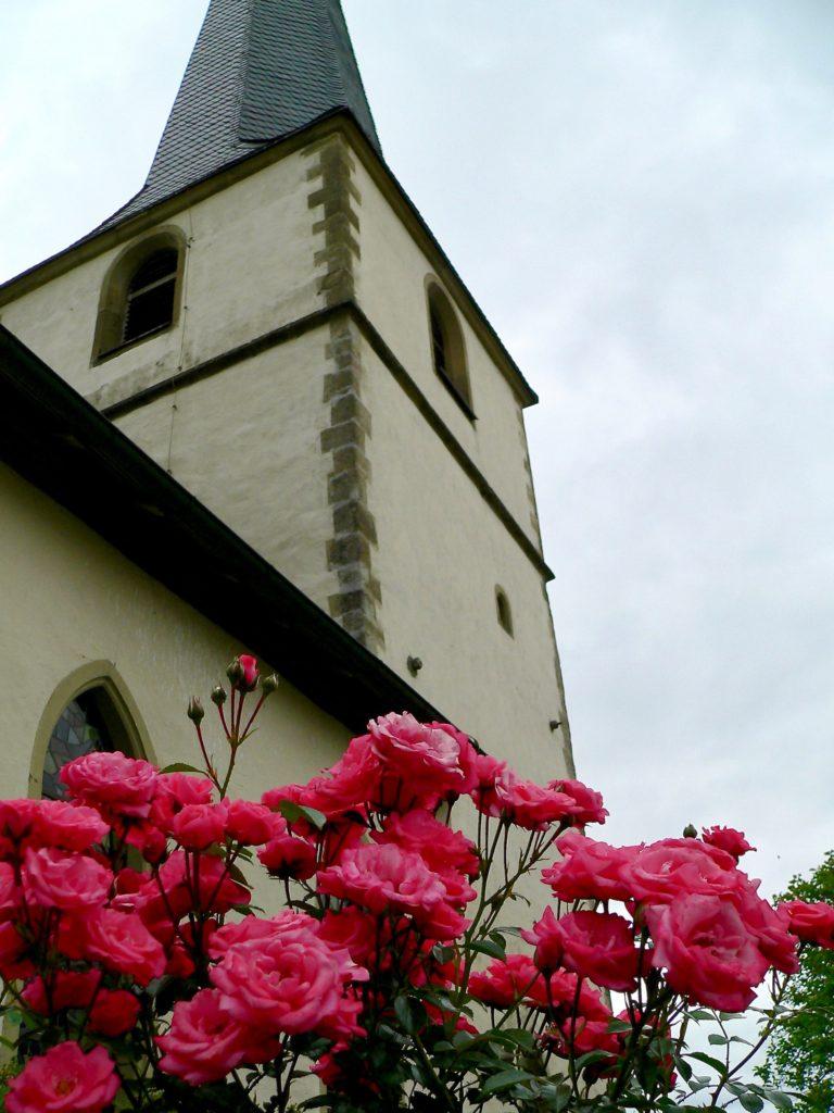 Die Pfarrkirche Mariae Himmelfahrt in Altenmünster. Der Unterbau stammt aus dem 13. Jahrhundert, angefügt wurde im 17. Jahrhundert der sogenannte Echter-Turm - im Baustil zur Zeit des Fürstbischofs Julius Echter von Mespelbrunn.