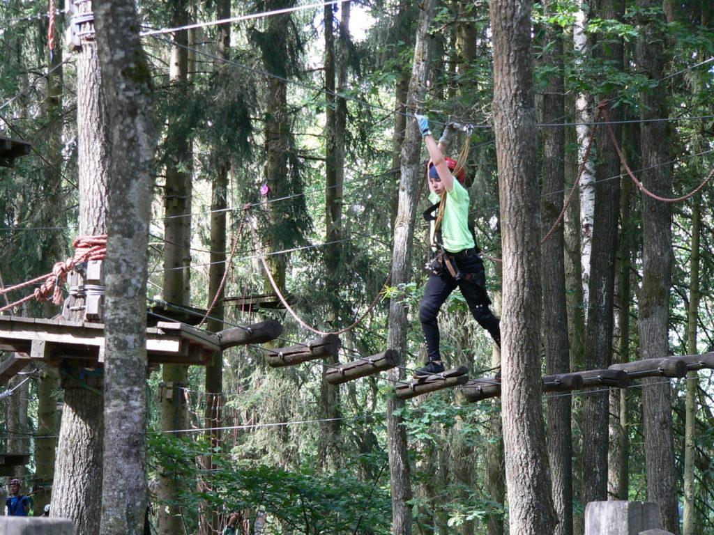 """Am 1,5 Kilometer langen Führungsseil geht es im Kletterwald """"Nordwärts"""" bis auf 18 Meter hinauf."""