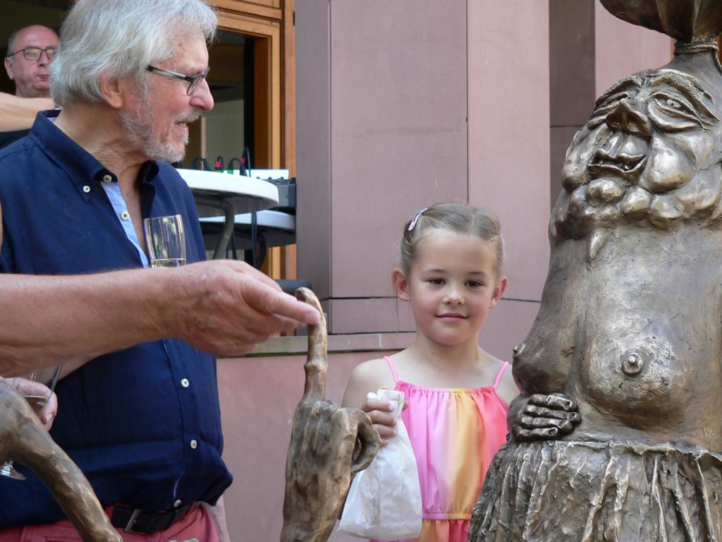 Berühren erwünscht! Durch Reiben an der Skulptur glänzt sie.