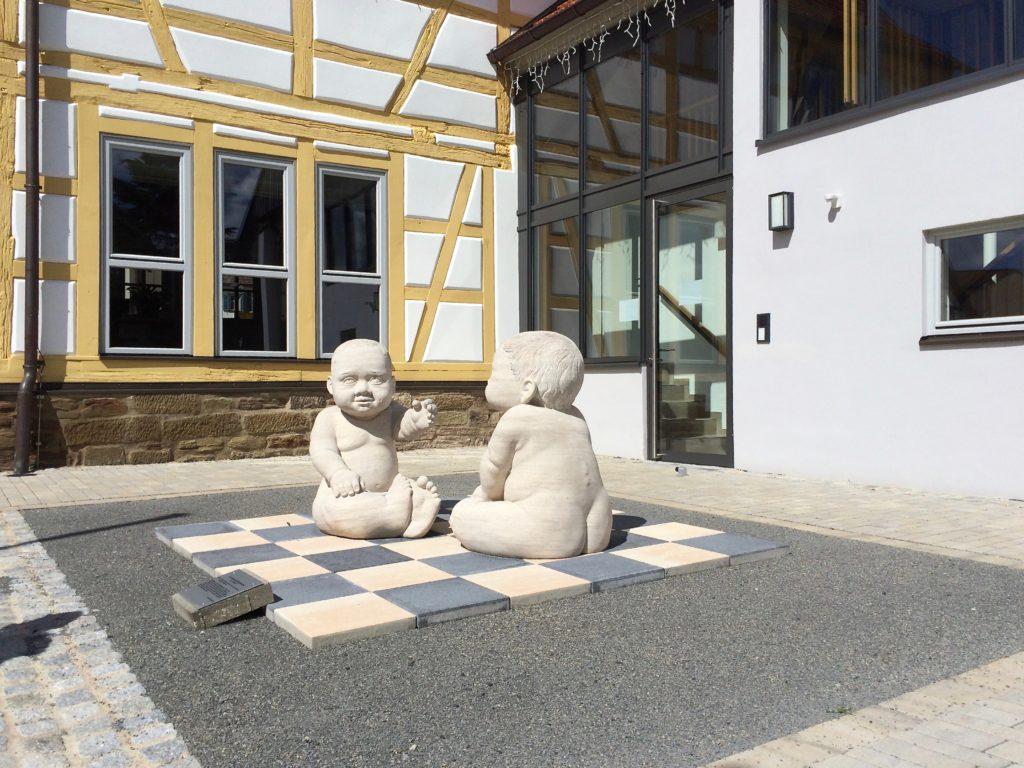 Mit modernen Werken wartet der Kunsthandwerkerhof in Stadtlauringen auf.
