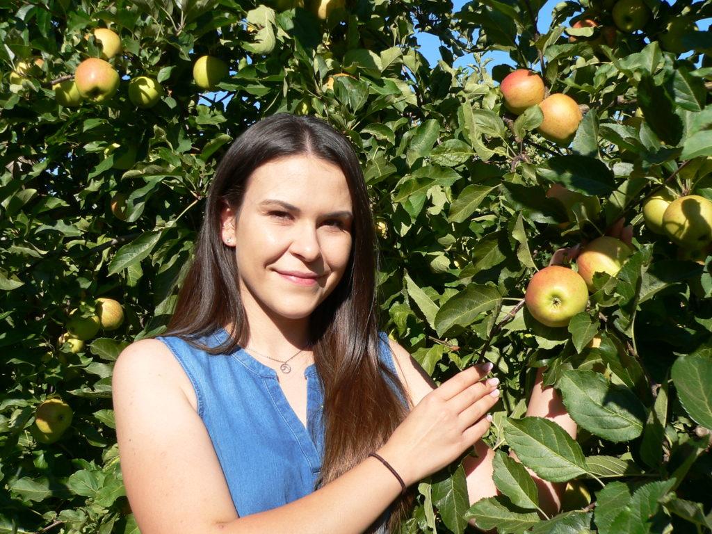 Wenn Apfelkönigin Marion Gold über die von ihr repräsentierte Frucht spricht, dann konnt dies aus berufenem Mund. Sie ist Gärtnermeisterin der Fachrichtung Obstbau. | Foto: B. Schneider