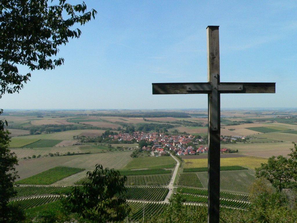 """Die Weinlage """"Bullenheimer Paradies"""" mit dem namensgebenden Ort im Tal."""