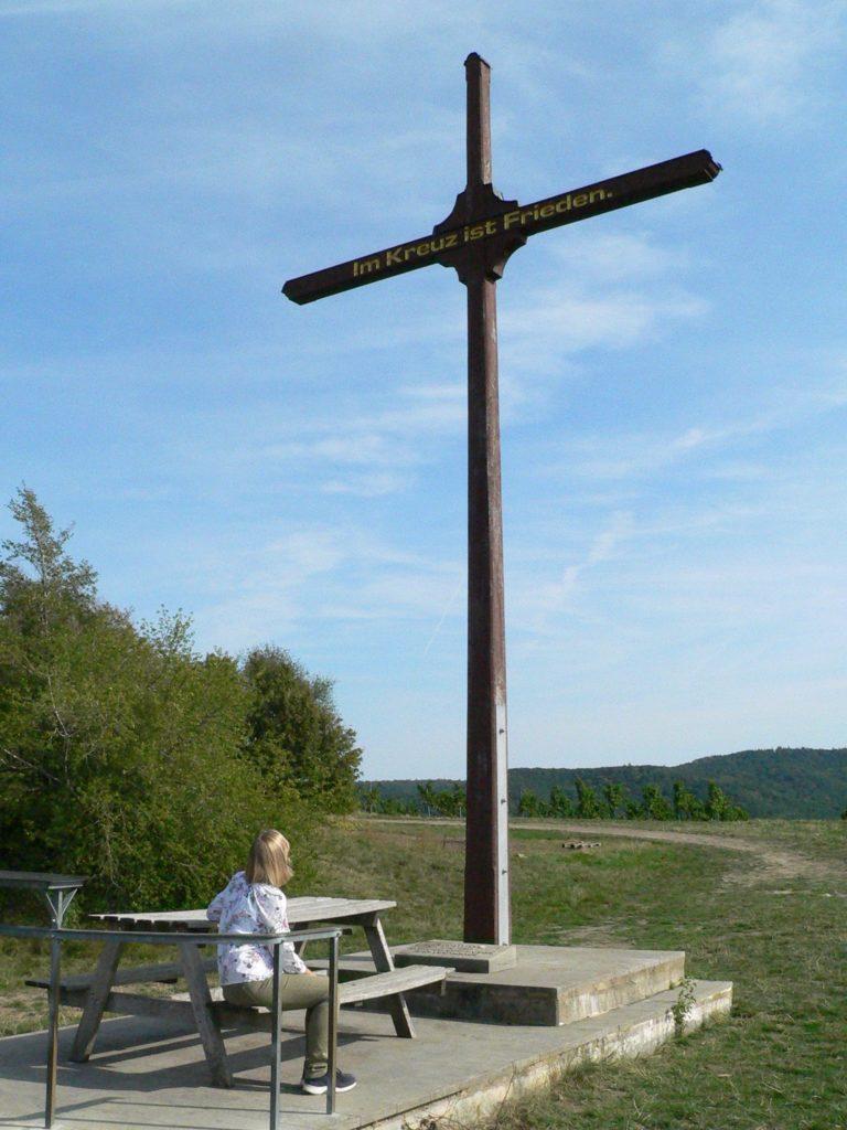 Friedenskreuz auf dem Hüttenheimer Tannenberg. | Fotos: B. Schneider