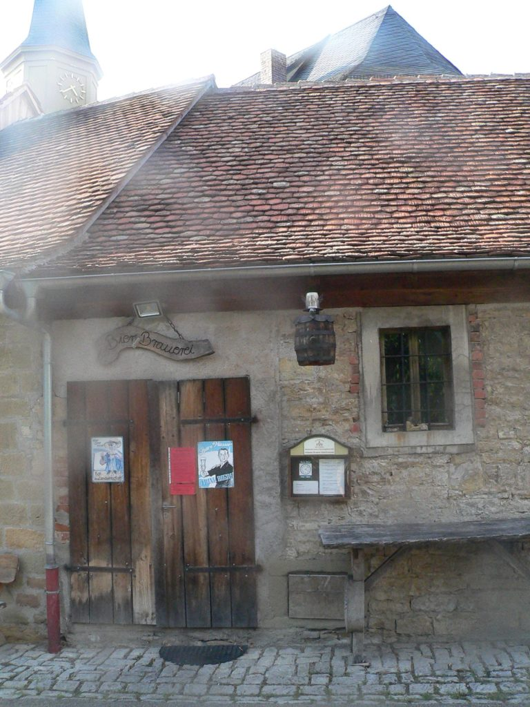 Die vollunterkellerte Pfarrkirche in Seinsheim beziehungsweise eines ihrer Gadenhäuser beherbergt die wahrscheinlich kleinste Brauerei Unterfrankens.