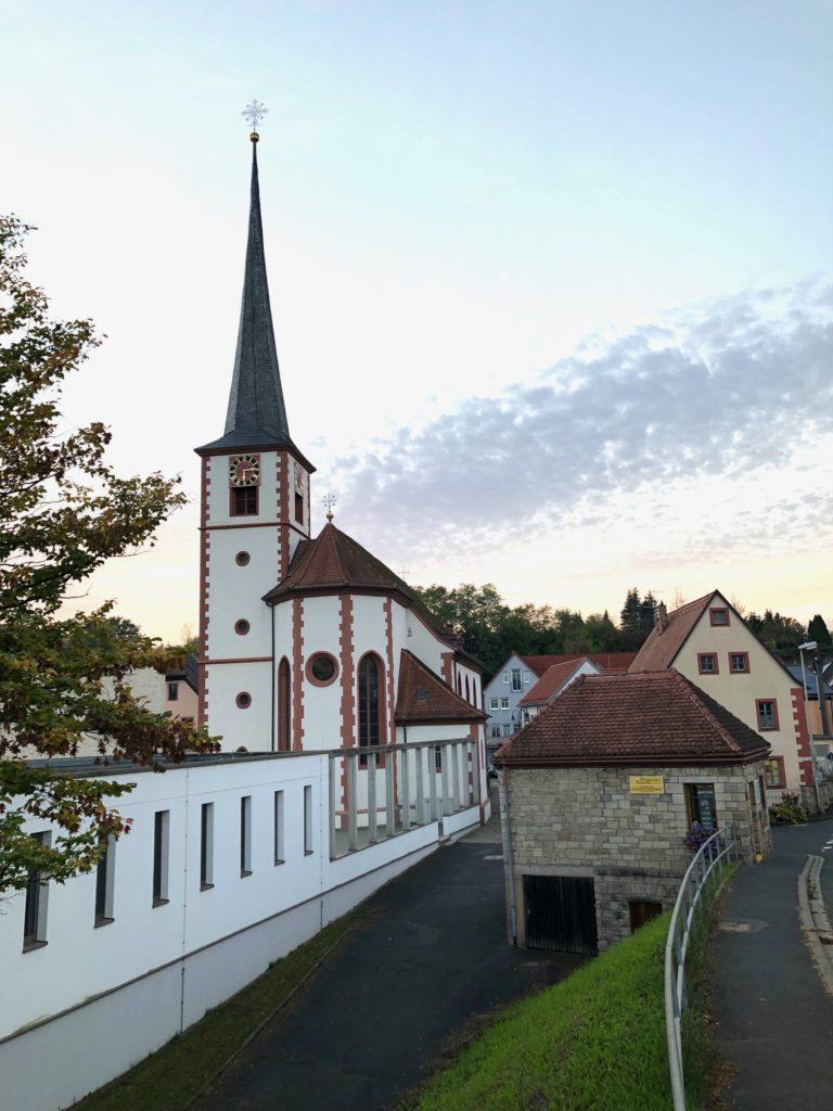 Dem heiligen Jakobus ist die Pfarrkirche von Himmelstadt geweiht. Die Architektur macht deutlich, dass sie während der Regierungszeit von Fürstbischof Julius Echter errichtet wurde. | Foto: B. Schneider