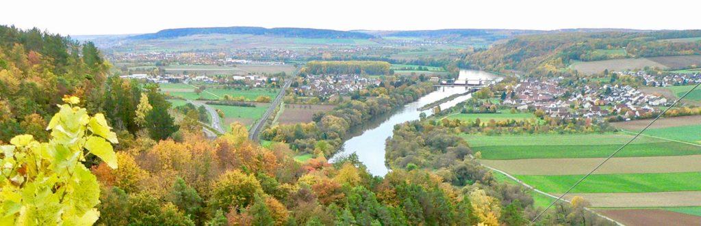 Himmelstadt erstreckt sich beiderseits des Mains idyllisch zwischen Felder, Streuobstwiesen, Weinbergen und Wäldern. | Foto: B. Schneider