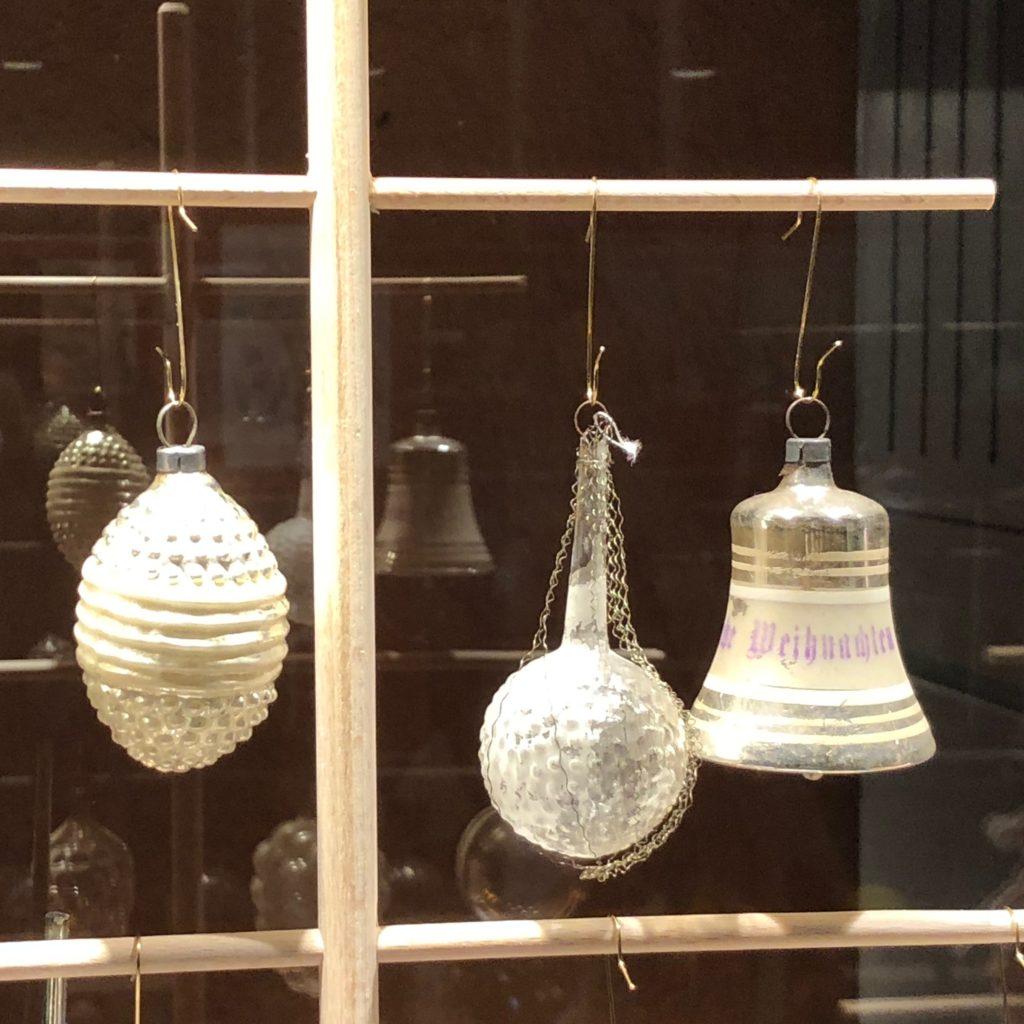 Seit Mitte des 19. Jahrhunderts werden Weihnachtsbäume in Deutschland mit Glaskugeln dekoriert.