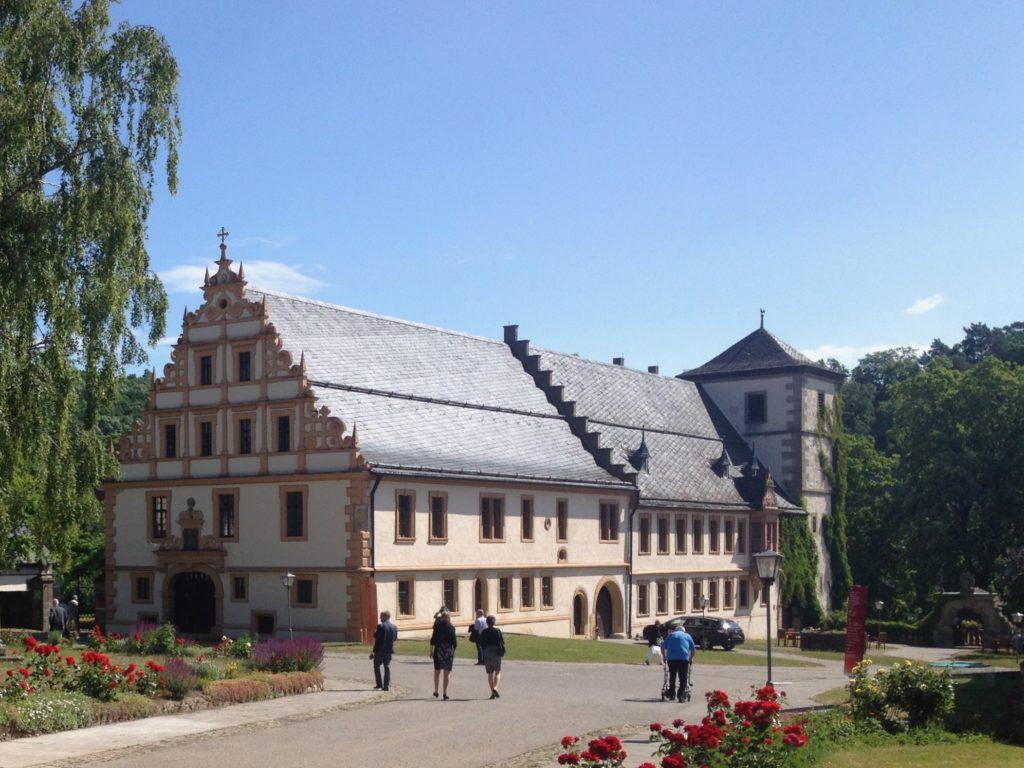 Kloster Maria Bildhausen wird heute vom Dominikus-Ringeisen-Werk betrieben. Im Klosterladen werden Regionalwaren angeboten, zum Teil von Menschen mit Behinderung in der eigenen Klostermanufaktur hergestellt. Außerdem wurde hier vor 25 Jahren ein Golfplatz angelegt, auf dem jeder in Kursen diesen Sport ausprobieren kann.