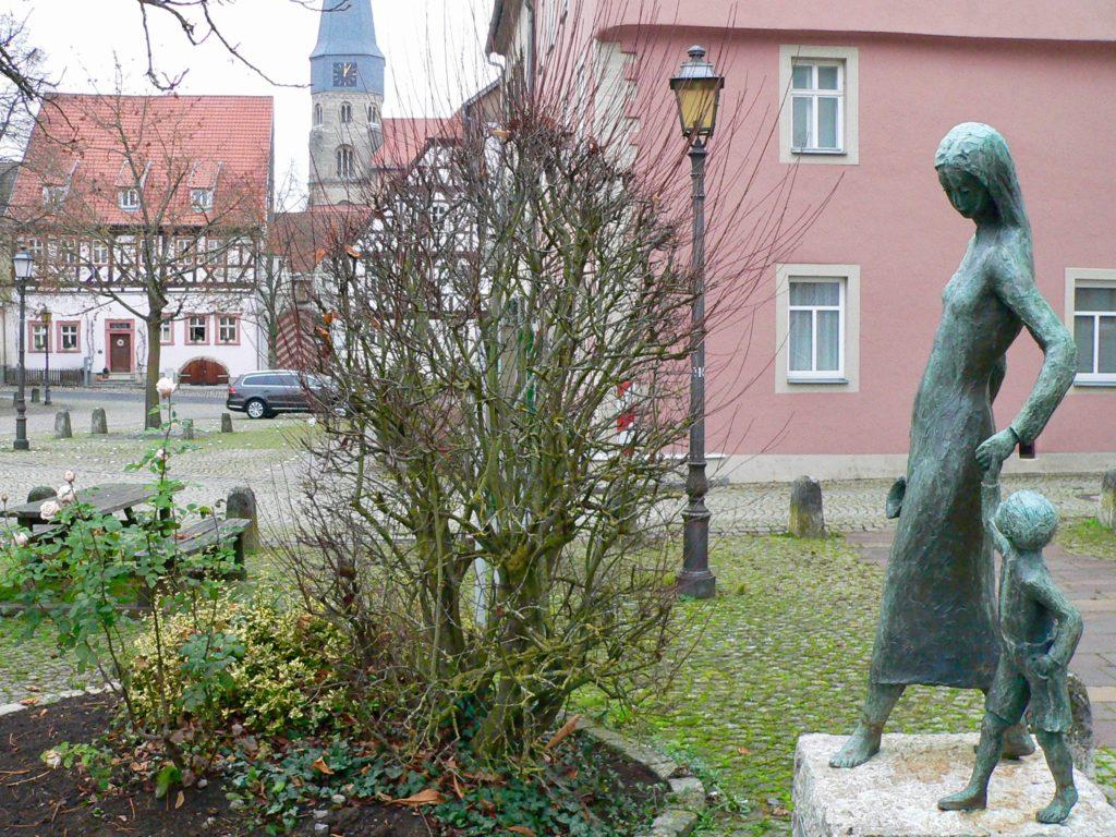 Abwechslungsreich im Stil sind die Kunstwerke wie hier am Anger in Münnerstadt.