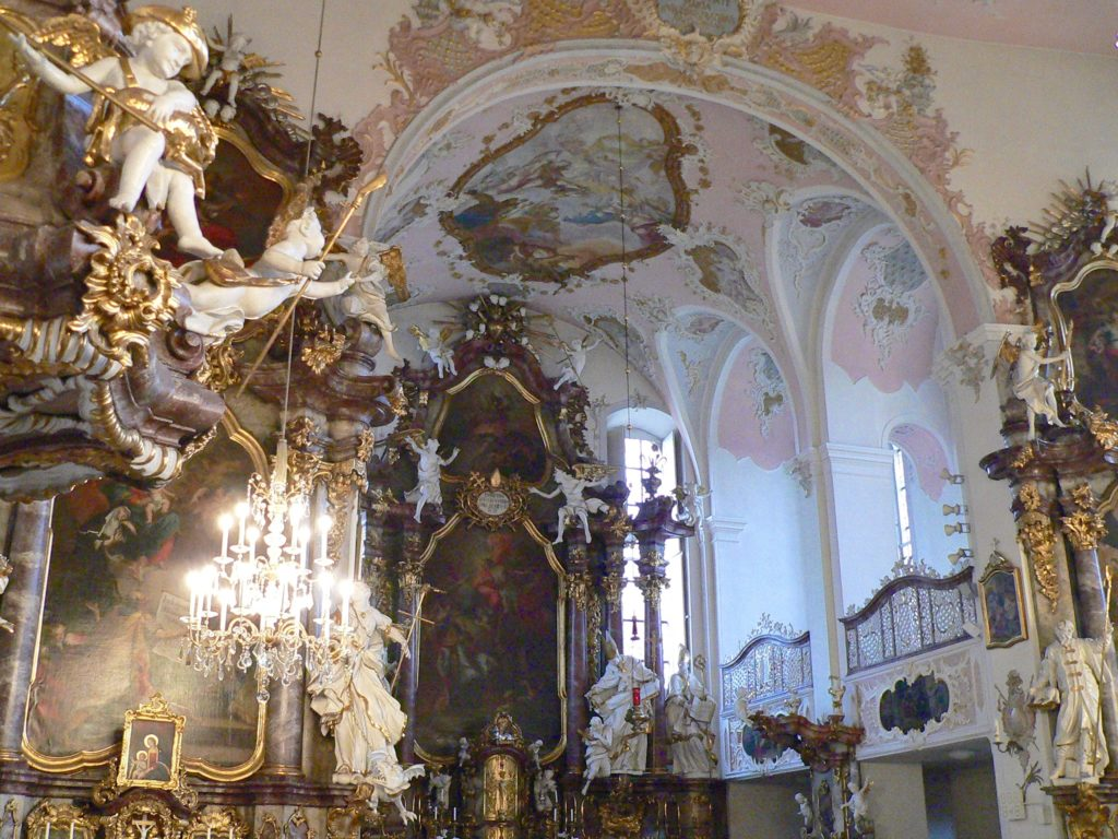 Die Augustinerklosterkirche erstrahlt im reinsten fränkischen Rokoko.