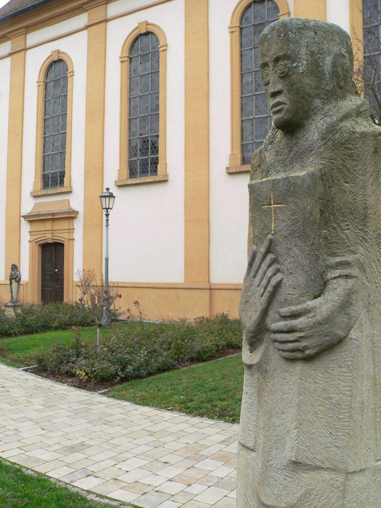Ein Skulpturenweg führt quer durch Münnerstadt. Auf rund drei Kilometern hat er 18 Stationen - eine auch vor der Augustinerklosterkirche. Die Kunstwerke entstanden 2008 während eines Symposiums, an dem sich 18 national und international renommierte Bildhauer beteiligten.