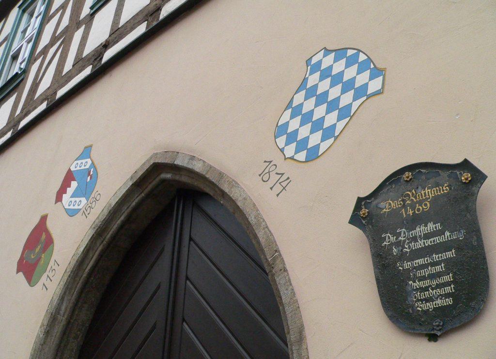 Am historischen Rathaus ist abzulesen, dass auf die Herrschaft der Grafen von Henneberg die der Würzburger Fürstbischöfe folgte.
