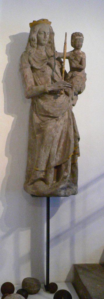 Als Münnerstadt florierte, zeigten die Bürger ihren Wohlstand, indem sie beispielsweise elegante Madonnenfiguren an den Stadttoren anbrachten. Diese stand auf dem Jörgentor und befindet sich jetzt im Henneberg-Museum.