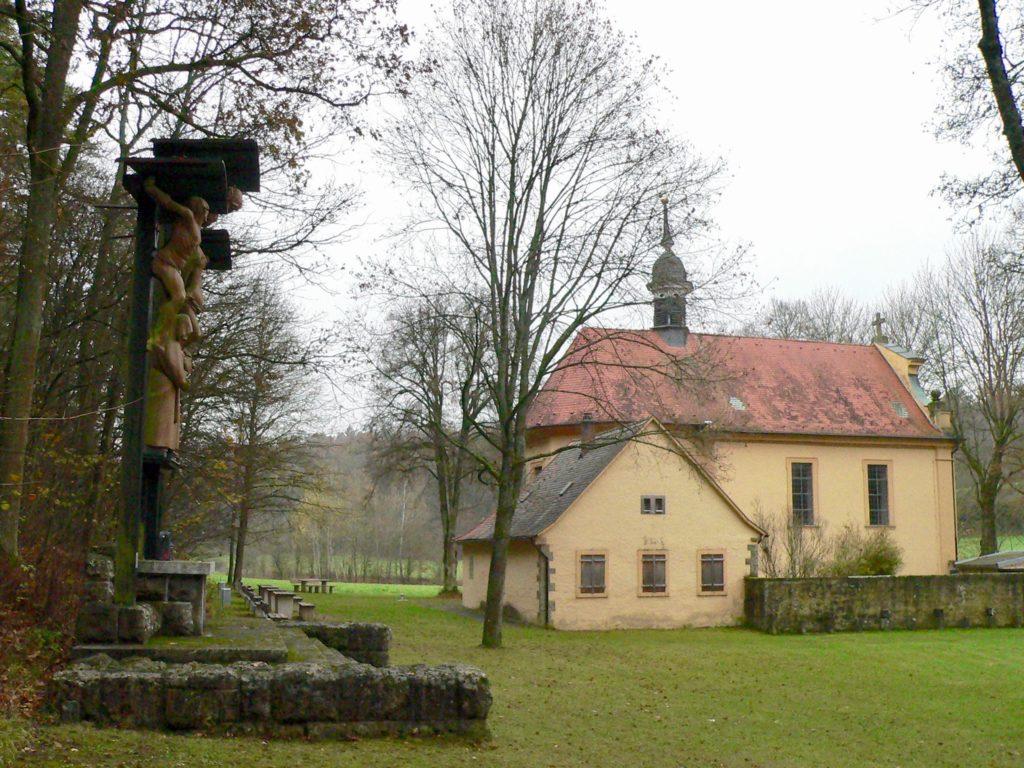 Die Talkirche geht auf das Jahr 1425 zurück. Das jetzige Gotteshaus nach Plänen des Würzburger Hofarchitekten Joseph Greißing wurde 1716 geweiht.