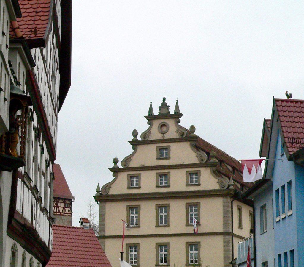 Wo die als Feuerwehrhaus und Musikschule genutzte Zehntscheune steht, erhob sich spätestens ab dem 12. Jahrhundert eine Burg der Grafen von Henneberg.