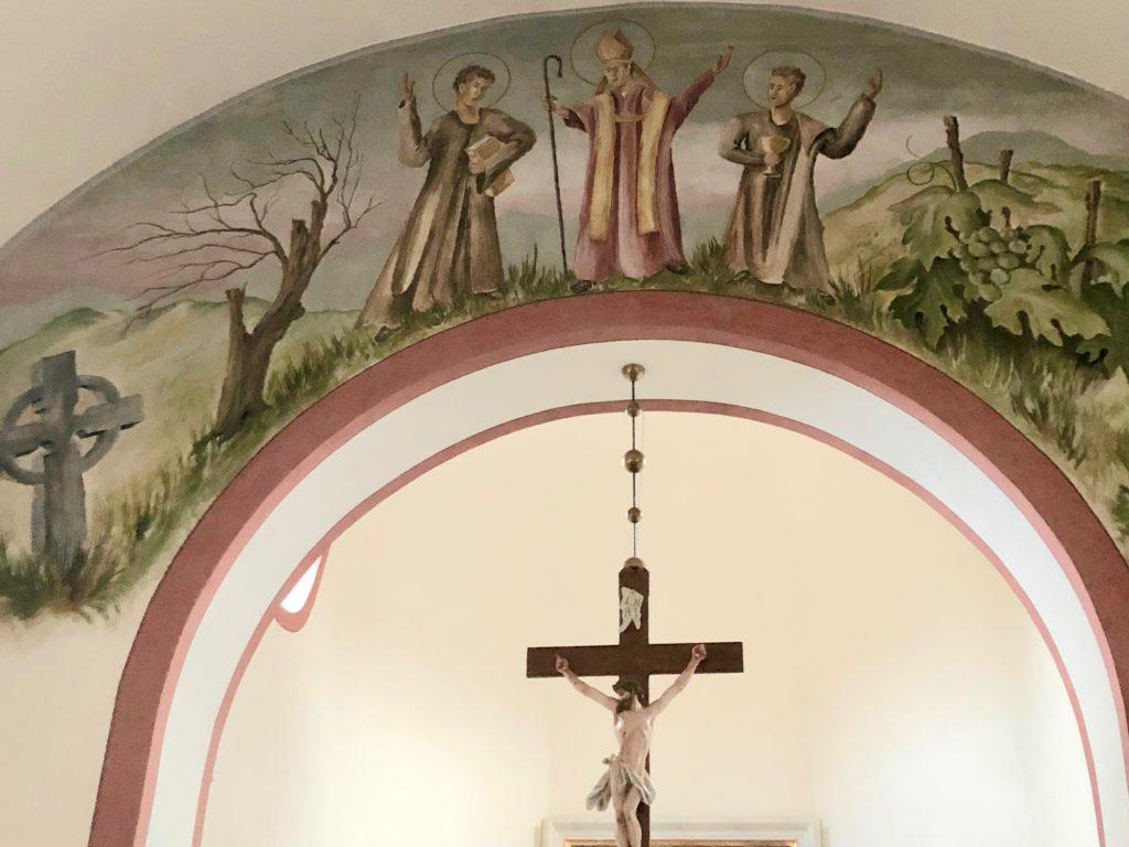 Mädelhofen ist eine Gründung des Frauenklosters Unterzell. 1929 bekam der Ort eine eigene Kirche. Sie ist dem heiligen Kilian geweiht. Mit seinen Gefährten Kolonat und Totnan ist er über dem Chorbogen dargestellt.