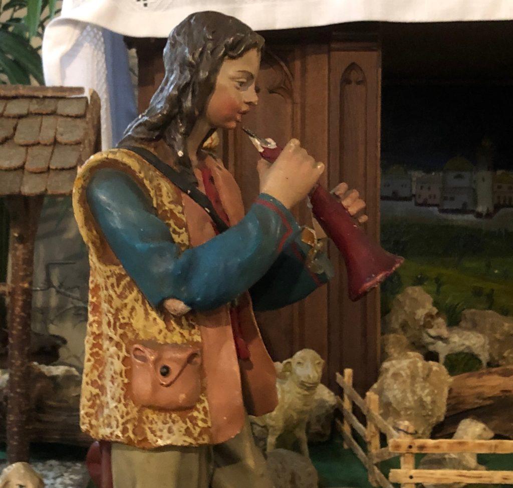 Flötist? Da er zur Weihnachtskrippe in der Roßbrunner Pfarrkirche St. Josef musiziert, müsste er ein Hornist sein. Darauf deutet auch der breite Trichter seines Instruments hin.