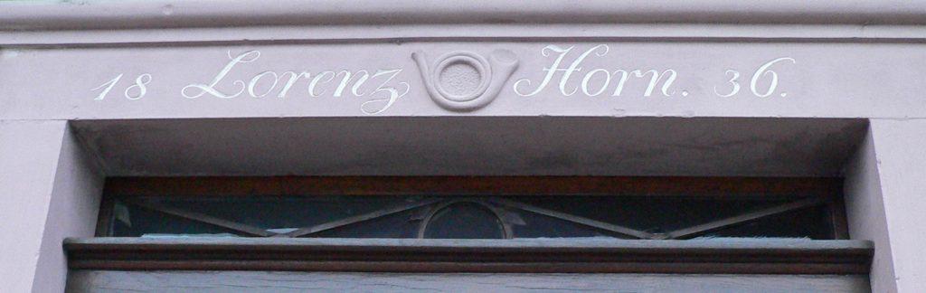 Horn – der ideale Name für den Eigentümer einer Poststation. Das Posthorn auf dem Türstock gibt eindeutige Auskunft.