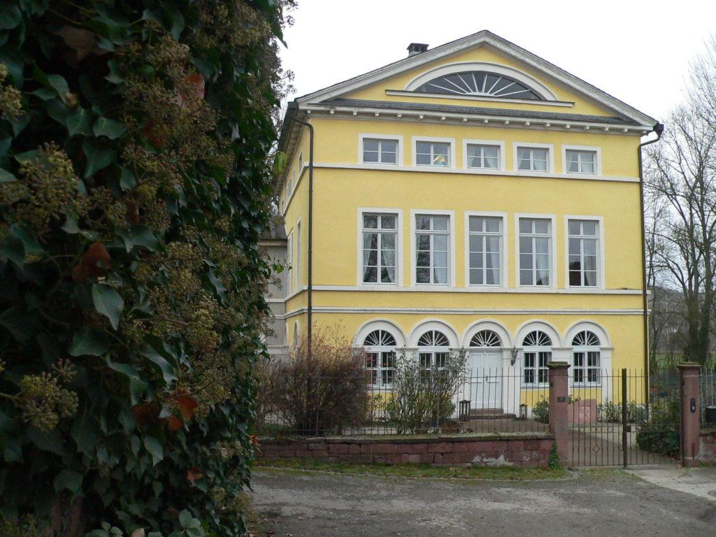 1818 ließen die Wolffskeels von Reichenberg in Uettingen ein Schloss als Sommerresidenz errichten. Hier lebt die Grafenfamilie noch immer. Anlässlich des Tags des offenen Denkmals 2018 gewährte sie der Öffentlichkeit Einblick in ihr frisch restauriertes Zuhause.