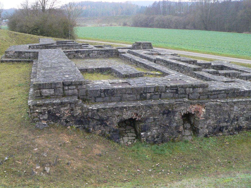 Nicht bloß als Zweckbau plante Balthasar Neumann für seinen Fürstbischof das Jagdschloss bei Mädelhofen. Schon zwei Monate nach Beginn wurden die Arbeiten allerdings eingestellt. Die Grundmauern, die vor rund 25 Jahren freigelegt, restauriert und unter Denkmalschutz gestellt wurden, verraten französischen, aber auch Mainzer und Wiener Einfluss auf die Architektur des Meisters.