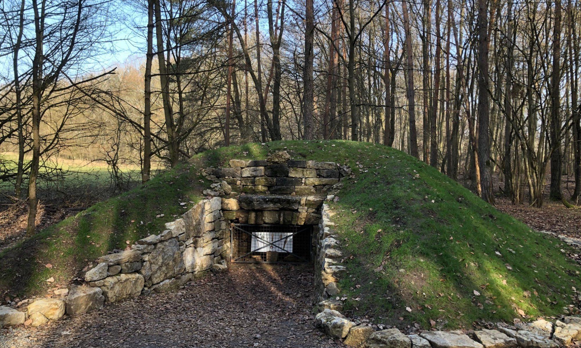 Nachbau eines Hügelgrabs im Stettener Wald. | Foto: B. Schneider