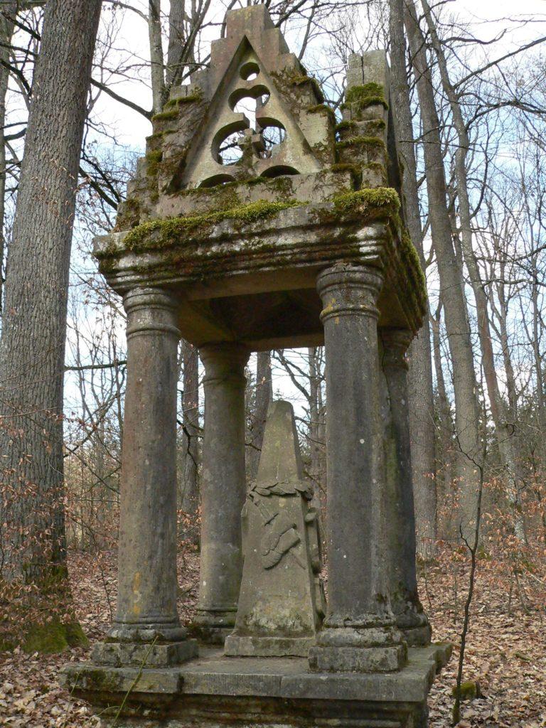 Eines der kunstvollsten Denkmäler im Bettenburger Landschaftspark ist dem großen Humanisten Ulrich von Hutten gewidmet.