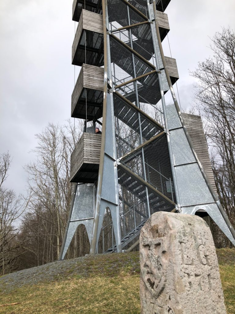 Vom Aussichtsturm auf der Mottener Haube führt der Abtsweg entlang historischer Grenzsteine. | Foto: B. Schneider