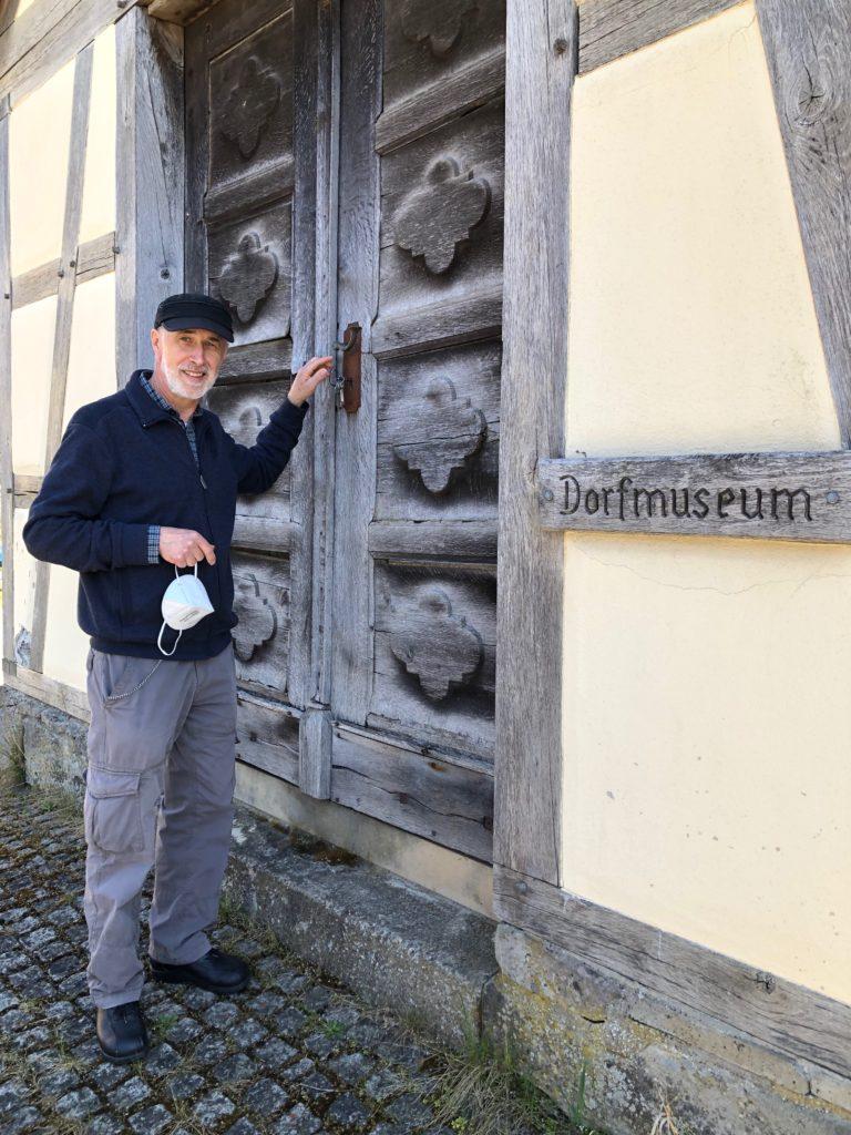 Was im alten Spritzenhaus von Fabrikschleichach ausgestellt ist, hat im Wesentlichen Werner Hogen gesammelt und arrangiert. Wenn er das Museum öffnet, schließt er die frühere Türe der Dorfkirche auf.
