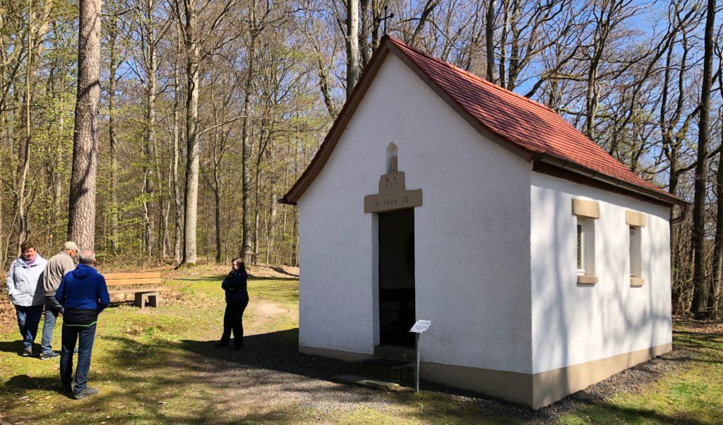 """Das """"Gloshütter Käppela"""" ist der Gottesmutter Maria geweiht. Viele Spaziergänger sprechen hier ein Gebet."""